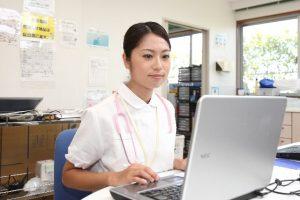 パソコンを見る看護師