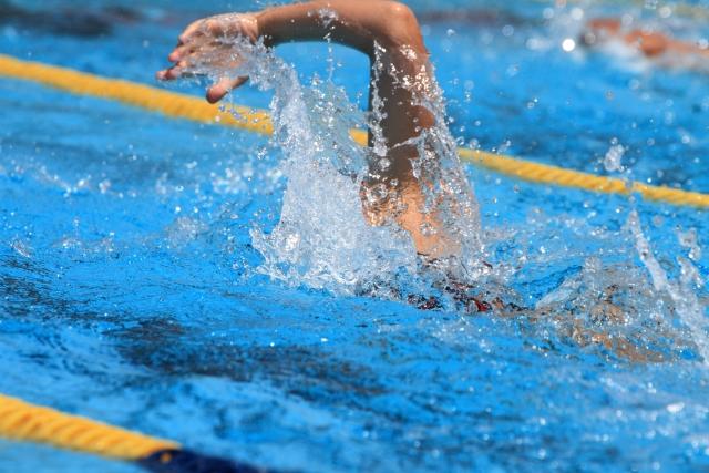 クロールで25メートル泳ぐ