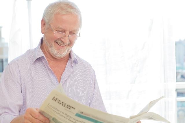伯父さんが新聞を読む
